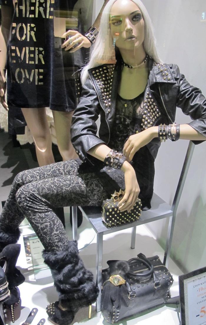 As calças e leggings estampadas estão com tudo, assim como detalhes de tachas e spikes