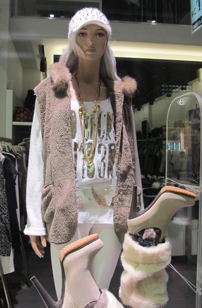 Looks monocromáticos levam um toque de cor com coletes e jaquetas