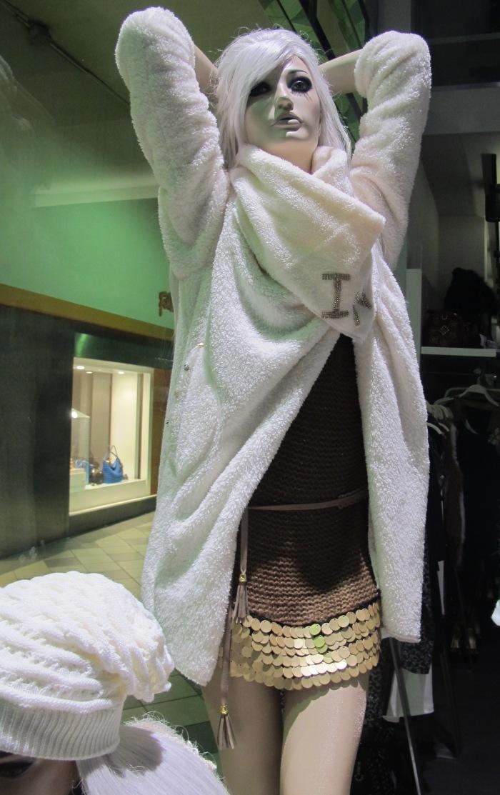 Mistura de tecidos e materiais: paetês se mesclam a lã