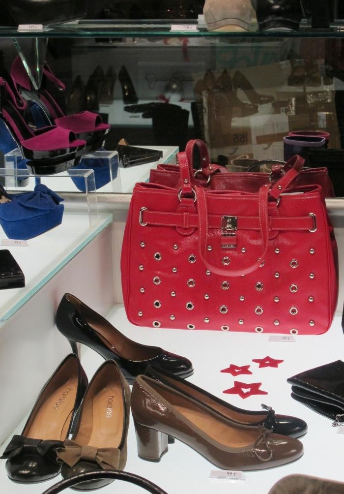 Estas cores também aparecem em acessórios, bolsas e sapatos