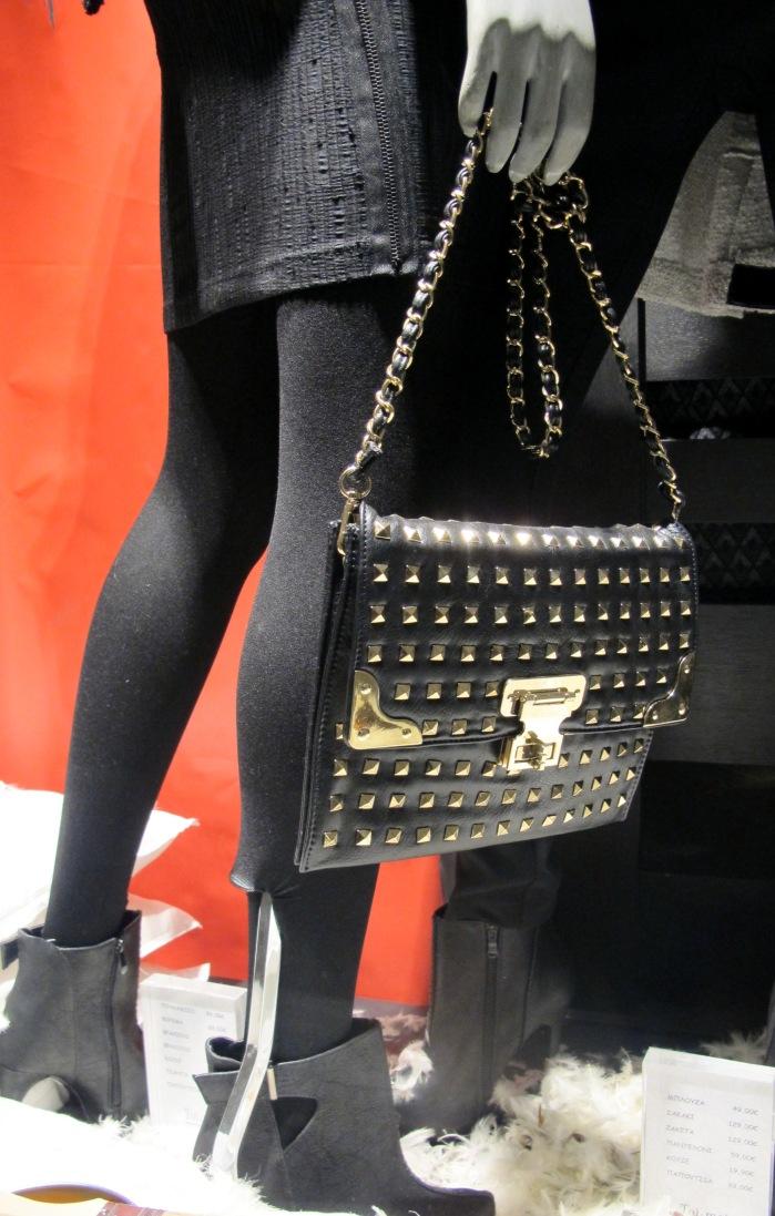 Bolsas também aparecem com toque glam rock, com tachas e spikes