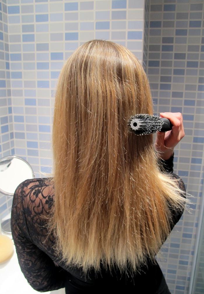 Escove bem o cabelo, que deve estar limpo e liso