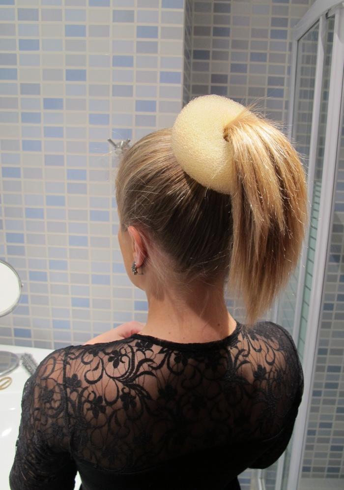 O donut deve ficar juntinho da raiz do cabelo, com todo o rabo por dentro dele