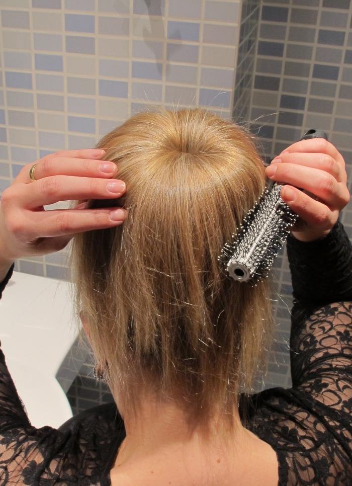 Com ajuda da escova de cabelos, distibua o rabo de cavalo por cima do donut