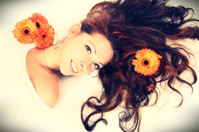 mujer-tumbada-con-una-flor-naranja-en-el-pelo-largo-y-castaño_zoom (1)