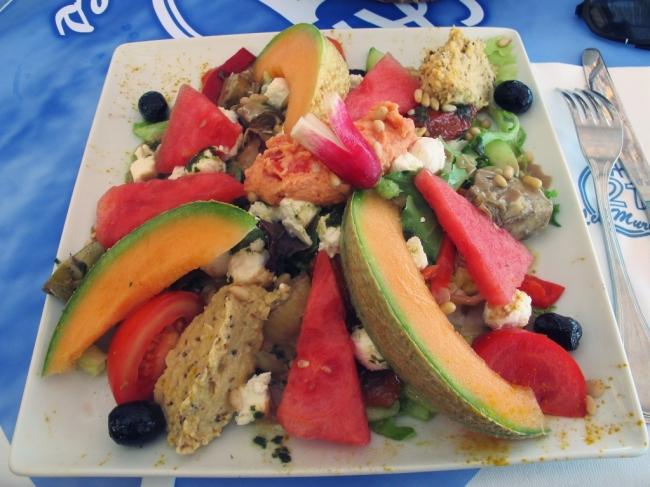 Saladas lindas e superdiferentes, com mistura de frutas, patês e verduras