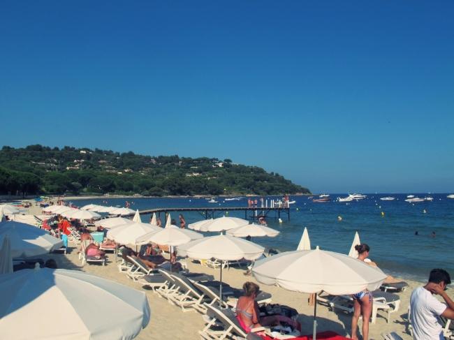 A praia de Tahiti é tranquila, bonita e uma opção para quem gosta de fazer topless