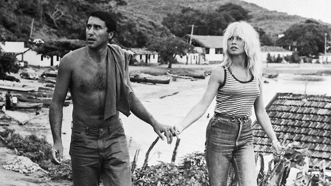 Brigitte Bardot na praia de Tahiti, na década de 50 - hoje a praia é um dos lugares mais visitados por conta do longa-metragem