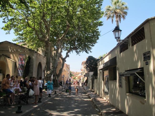 La Ville de Saint Tropez: o centro comercial, onde há pracinhas, casas de pescadores, belos hotéis e maravilhosos cafés e restaurantes