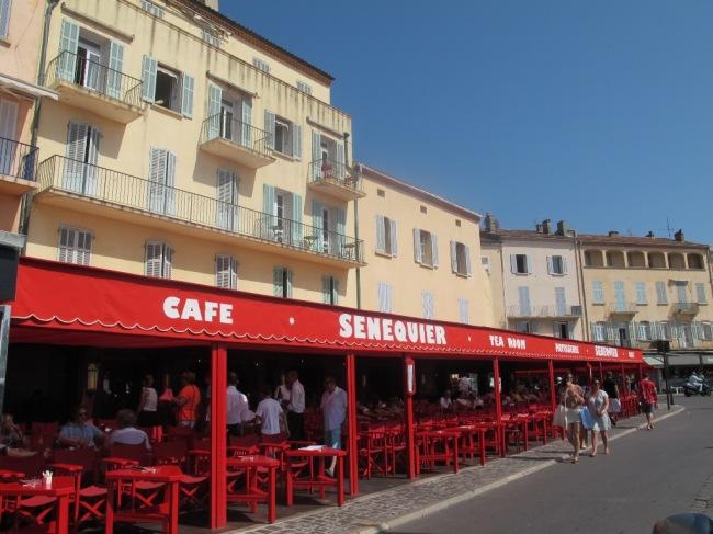 O porto também preserva antigos restaurantes e cafés, como o primeiro da cidade: o Senequier, de 1887