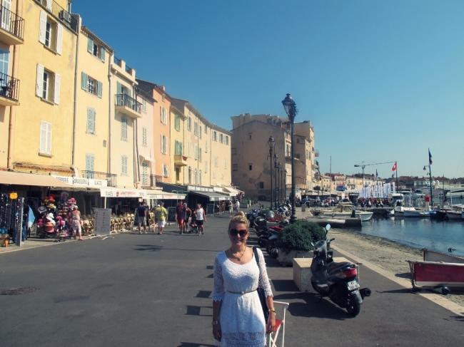 """Do """"le vieux port"""" (velho porto) é de onde saem os iates e lanchas dos milionários europeus"""