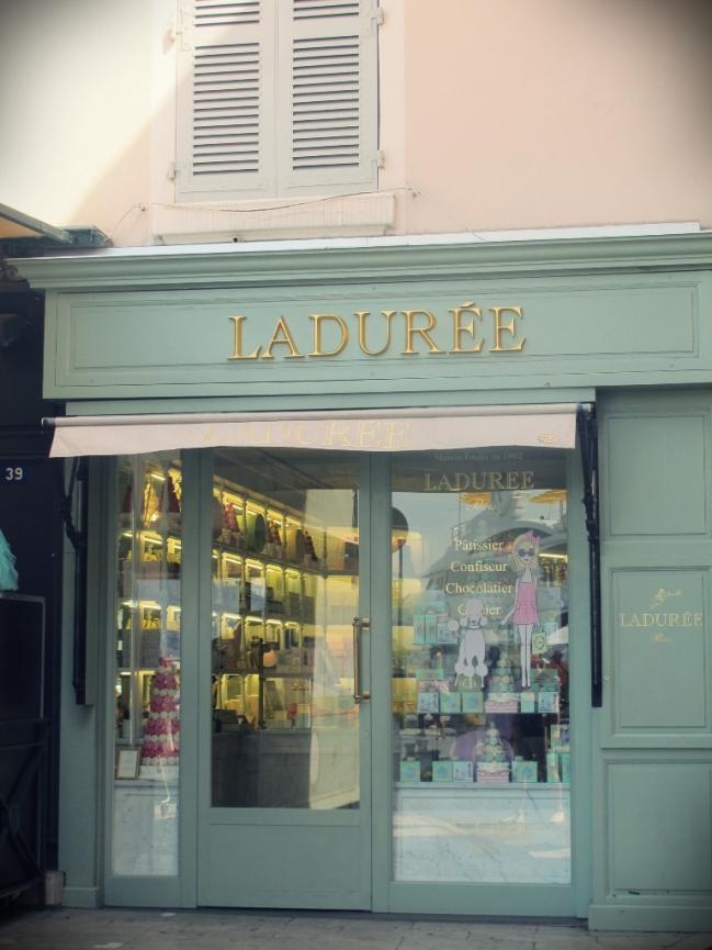 Pertinho do Senequier está a patisserie Laudurée, que vende os melhores macarrons do mundo