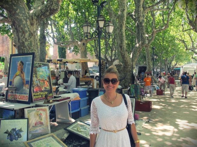 Quadros são muito procurados pelos turistas na feira das manhãs de sábado na Place de Lices