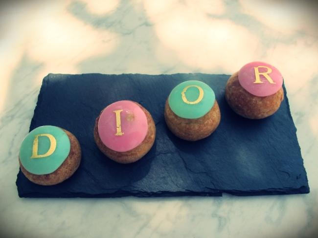 Uma graça estas tartas tropeziennes, recheadas com creme de pistache e de frutos do bosque (as letras são de ouro!)