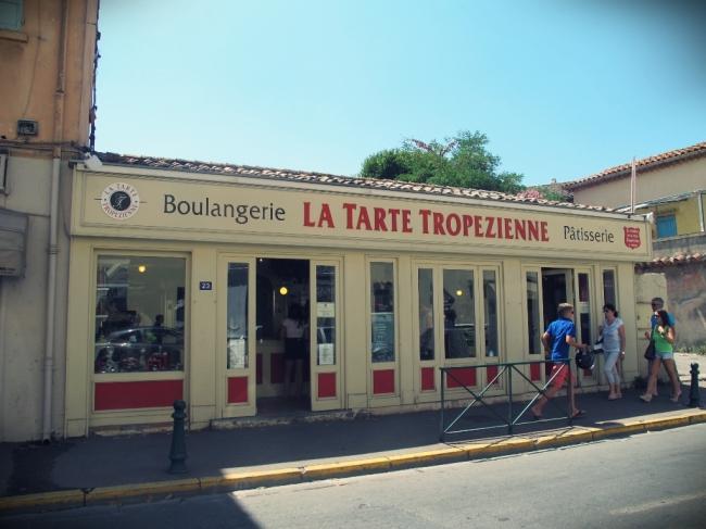 E por falar neste doce típico de Saint Tropez, a primeira confeitaria local foi quem as criou: La Tarte Tropezienne