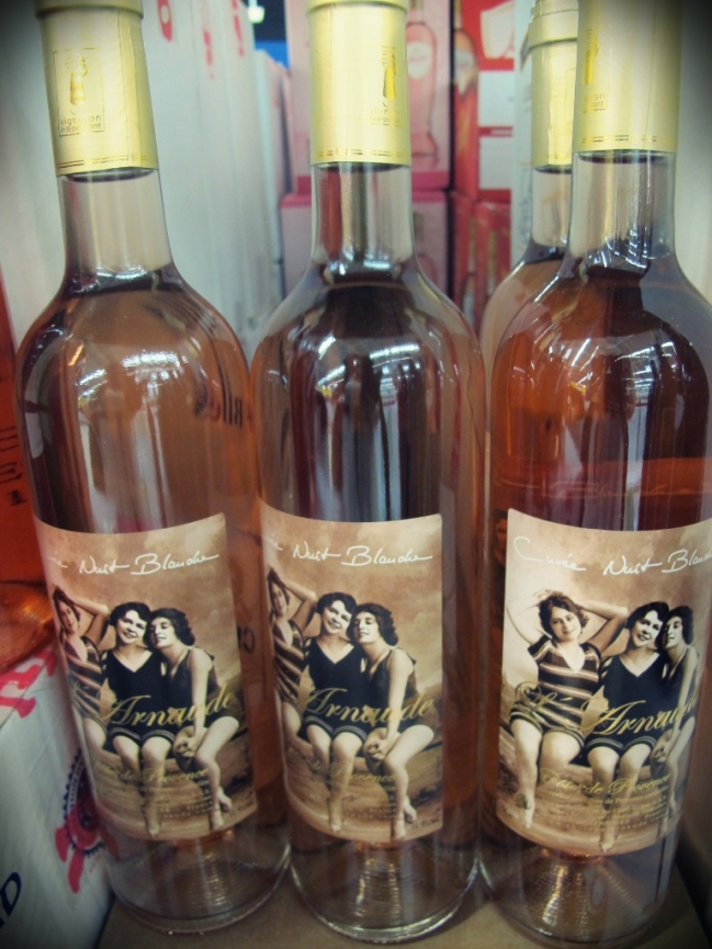 Para acompanhar nada melhor do que um vinho rosé, tradicionais em toda Cote d´Azur. Escolhi este de rótulo fashion! hehe