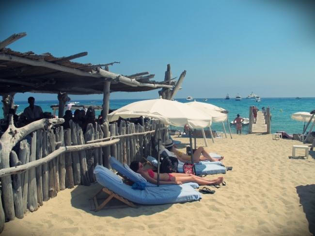 O Le Club 55 conta com área para tomar sol, bar externo, restaurante e lojinha