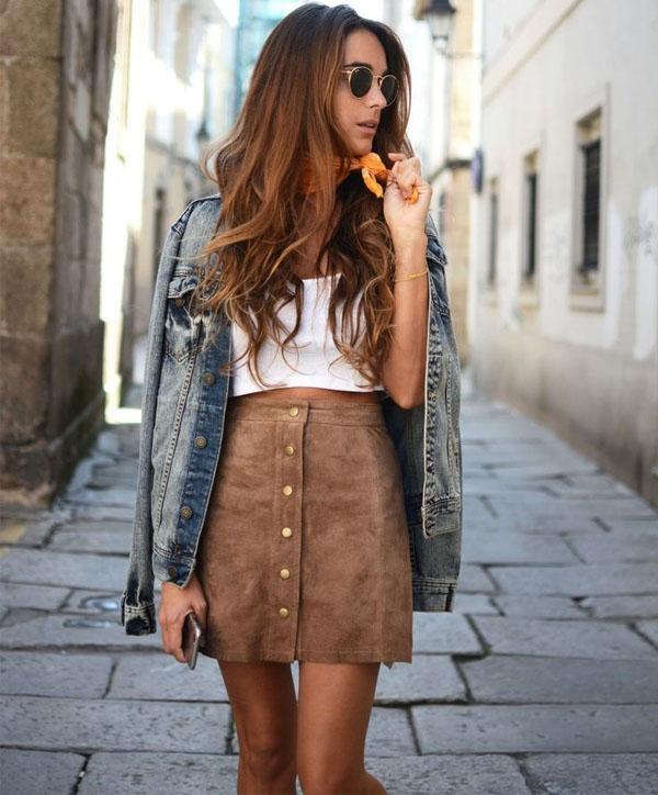 look-saia-de-botoes-suede-marrom-top-cropped-branco